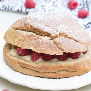 Torta brioche con crema y frambuesas al estilo tropezienne